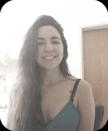 foto de una mujer sonriente mirando a cámara